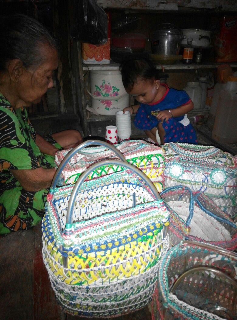 Nenek Ifa Menggantungkan Hidup Dengan Mengolah Sampah Plastik Jadi Produk Berguna